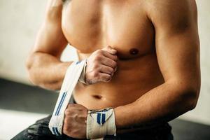 levantador de pesas muscular, envolver las manos foto