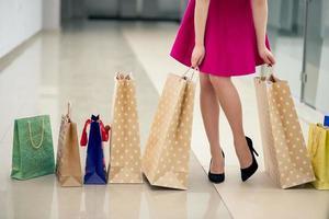 primer plano, de, mujer joven, proceso de llevar, bolsas de compras foto