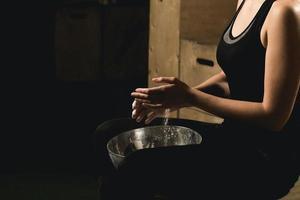 modelo de fitness femenino aplaudiendo con talco en polvo foto