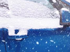 coche cubierto de nieve en un día de invierno. foto