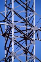 construcción de torres eléctricas de alta tensión. foto