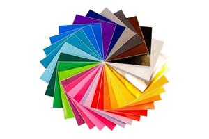 Montón trenzado de coloridas hojas de papel adhesivo 12x12 aislado foto