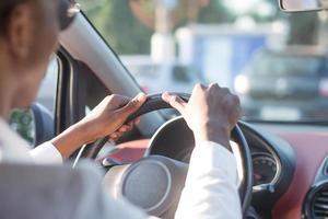 afroamericano conduciendo un coche, en el verano foto