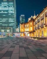 horizonte de la ciudad de tokio en la estación de tren foto
