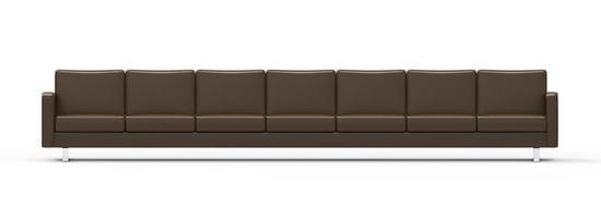 Sofá de cuero marrón extremadamente largo aislado sobre fondo blanco. foto