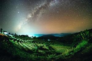 vía láctea y luz del zodíaco en ban pa bong piang, tailandia. foto