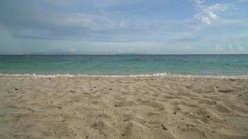vuota bella spiaggia tropicale con oceano mare e cielo sullo sfondo video