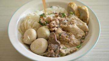 nudlar med fläsk och köttbullar i kryddig soppa video