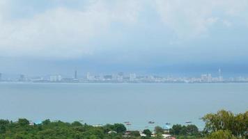 la città di pattaya lasso di tempo con il mare dell'oceano in thailandia video