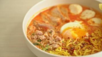 äggnudlar med fläsk och köttbullar i kryddig soppa video