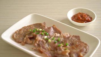 cou de porc grillé tranché sur plaque de style asiatique video