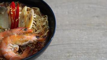 kryddiga snabbnudlar med räkor - tom yum kung video