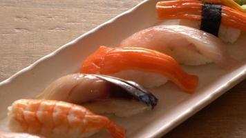 sushi cru frais mélangé - style de cuisine japonaise video