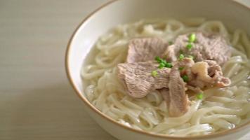 nouilles ramen udon maison avec du porc dans une soupe claire video