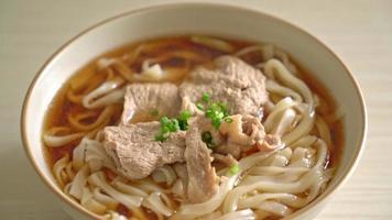 fideos udon ramen caseros con carne de cerdo en sopa de soja video