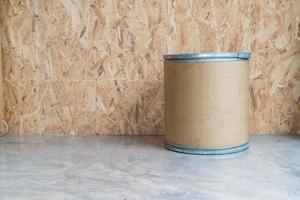 Silla moderna con fondo de madera en la sala de estar foto