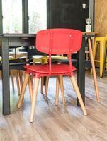 Silla roja moderna decoración de interiores en salón. foto