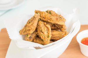 alitas de pollo fritas con salsa foto