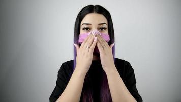 femme portant un masque de protection. concept de vie de santé et de sécurité. video