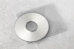 Plantilla de cd blanco realista sobre fondo de cemento blanco foto