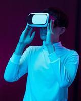 joven asiático con gafas de realidad virtual viendo video 360 foto