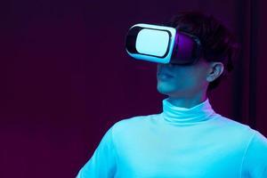 joven asiático con gafas de realidad virtual viendo vdo de 360 grados foto