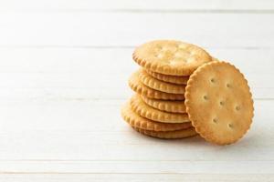 Galletas de galleta en el fondo de la mesa de madera foto
