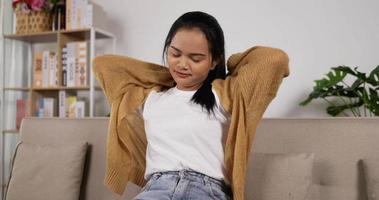 garota relaxando no sofá video