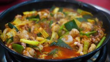 poulpe ou calmar dans la soupe épicée - style de cuisine coréenne video