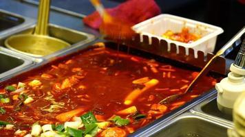 koreansk gatamat - tokpokki i kryddig pasta med röd soppa video
