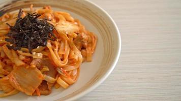 nouilles udon sautées au kimchi et au porc - style coréen video