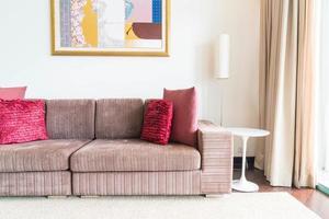 Hermosa almohada en la decoración del sofá en la sala de estar foto