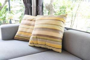 hermosa almohada en la decoración del sofá foto