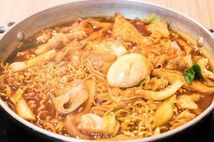 tokpokki - comida tradicional coreana, estilo olla caliente. foto