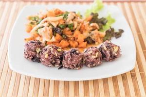 ensalada vegana picante con bayas pegajosas y arroz de grano foto