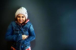 mujer joven de pie y sonriendo foto