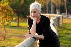mujer rubia en el parque en la naturaleza verde foto