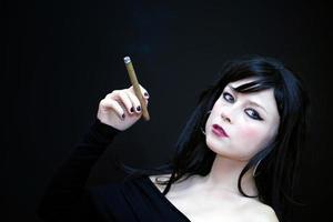 joven y bella mujer fumar cigarrillo foto