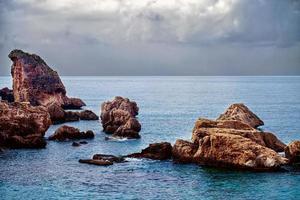 el mar y las rocas en el mar foto