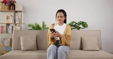 niña jugando en el teléfono inteligente video