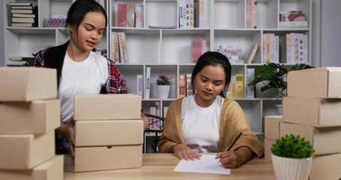tvillingar som säljer online och kontrollerar order video