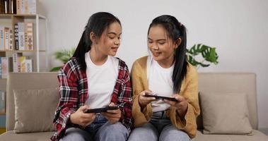 niñas gemelas jugando smartphone en el teléfono video