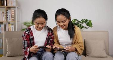 niñas gemelas jugando juntos en un teléfono inteligente video
