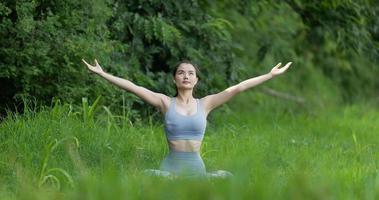 garota fazendo meditação de ioga e posicionando-se na árvore ao ar livre video