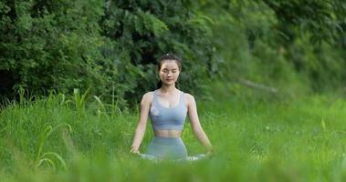 senhora fazendo ioga meditação ao ar livre video