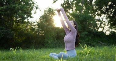 femme se reposant dans le jardin et faisant de l'exercice video
