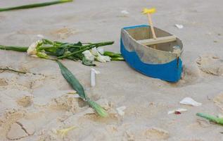 Barco en la arena utilizada para ofrecer a Yemanja en la playa de Copacabana, Río de Janeiro, Brasil foto