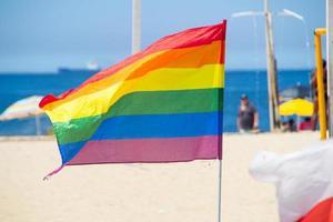 Bandera del arco iris utilizada por la comunidad lgbt en la playa de Copacabana en Río de Janeiro, Brasil foto