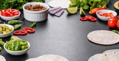tacos mexicanos con carne, tomate, aguacate, cebolla y salsa salsa foto