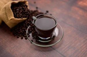 las tazas de café y los granos de café proporcionan energía foto